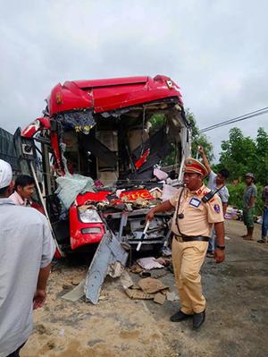 Xe khách đối đầu xe tải, 13 người thương vong