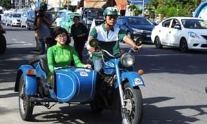 80 chiếc xe mô tô và ô tô cổ diễu hành trên đường phố Nha Trang