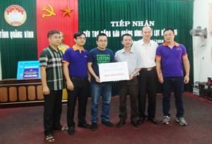 800 triệu từ sự quyên góp của nhóm nhà báo đến tay người dân vùng lũ