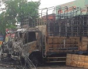 Vụ 2 xe tải bất ngờ cháy trong đêm: Tìm thấy nhiều bình gas mini tại hiện trường
