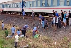 Taxi cắt ngang tàu hỏa, 5 người thương vong