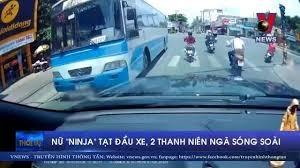[VIDEO] Nữ 'Ninja' tạt đầu xe, 2 thanh niên ngã lăn ra đường