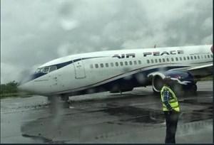 Máy bay Boeing 737 rơi bánh trong lúc rời khỏi đường băng