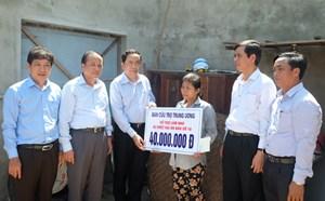 [ẢNH] Chủ tịch Trần Thanh Mẫn tặng quà người nghèo Quảng Bình