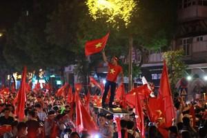 [ẢNH] Hàng triệu CĐV xuống đường ăn mừng tuyển Việt Nam vào chung kết AFF Cup