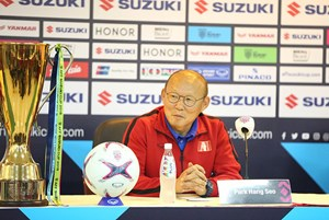 [ẢNH] HLV Park Hang Seo liên tục 'liếc' cúp vô địch AFF Cup