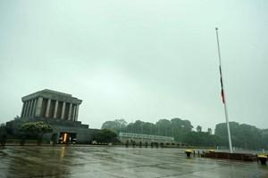 [ẢNH] Lễ treo cờ rủ Quốc tang nguyên Chủ tịch nước, Đại tướng Lê Đức Anh