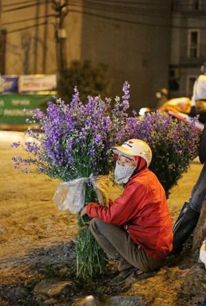 [ẢNH] Người lao động trắng đêm mưu sinh ở chợ hoa Quảng Bá những ngày cận Tết