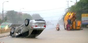 [Ảnh]: Quảng Bình mưa xối xả, đường ngập sâu, xe chết máy
