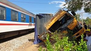 Quảng Nam: Tàu hỏa tông xe tải, một người bị thương nặng