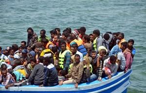 Hàng trăm người di cư trên biển được cứu sống