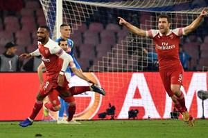 Arsenal loại Napoli, Chelsea đi tiếp trong trận cầu 7 bàn thắng