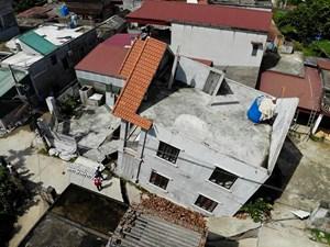 [VIDEO] Cận cảnh ngôi nhà bất ngờ sụt xuống hố sâu 4m ở Hà Nội