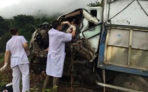 Bác sỹ cấp cứu tài xế gặp nạn ngay trên cabin