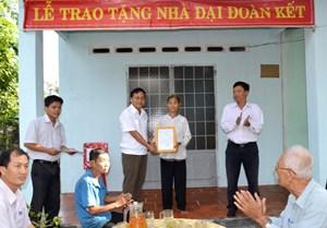 Bàn giao 16 căn nhà Đại Đoàn kết cho hộ nghèo