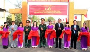 Bàn giao hơn 11 km đường nông thôn mới do quân đội hỗ trợ