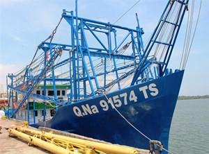 Bàn giao tàu vỏ thép cho ngư dân huyện Núi Thành