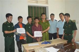 Bắt 2 người Lào chuyển thuê 2.000 viên ma túy tổng hợp, 1 bánh heroin
