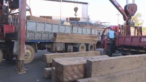 Bắt giữ xe tải chở hơn 30 m3 gỗ lậu