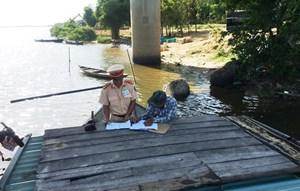 Bắt quả tang 3 tàu hút cát sỏi trên sông Thu Bồn