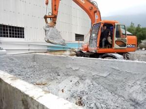 Bắt quả tang DN đổ 30 tấn chất thải CN không qua xử lý