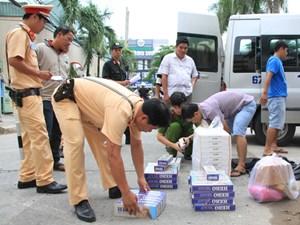 Bắt quả tang hơn 1.000 gói thuốc lá lậu trên xe khách Thiên Thiên Xuân