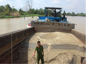 Bắt quả tang nhiều tàu đang hút cát trái phép trên sông Đồng Nai