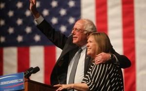 Bầu cử Tổng thống Mỹ: Bernie Sanders lại vượt mặt Hillary Clinton