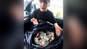 Bé 7 tuổi bắt được bọc tiền lớn gần thùng rác