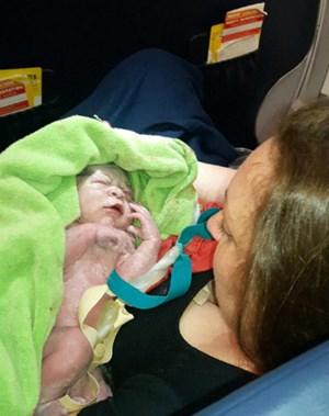 Bé trai chào đời ở độ cao gần 12.000 m