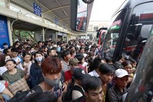 Bến xe chật kín, người dân chen chúc về quê nghỉ lễ