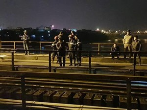 Bị tàu đâm văng xuống sông Hồng vì đi bộ trên ray cầu Long Biên
