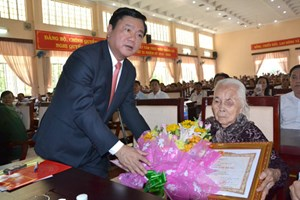 Bí thư Đinh La Thăng trao danh hiệu Mẹ Việt Nam Anh hùng
