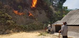 Cháy rừng đe dọa khu dân cư, di dời khẩn cấp nhiều hộ dân