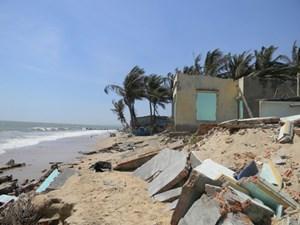 Biển Bình Thuận xâm thực 'ngoạm' 5 nhà dân