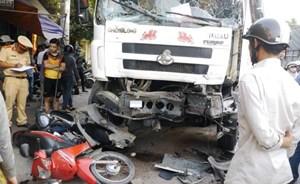 Bình Định:Xe tải gây tai nạn liên hoàn, 3 người nhập viện