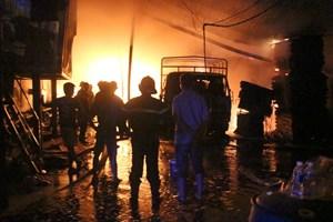Bình Dương: Xưởng gỗ hơn 1.000 m2 cháy dữ dội, người dân sơ tán trong đêm