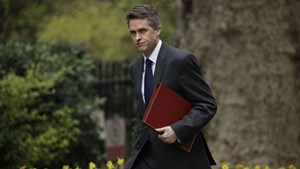 Bộ trưởng Quốc phòng Anh mất chức vì rò rỉ thông tin về Huawei