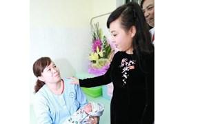 Bộ trưởng Y tế thăm cháu bé ra đời nhờ mang thai hộ