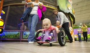 Bố tự chế xe lăn cho con gái một tuổi bị liệt