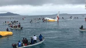 Boing 737 trượt đường băng, lao xuống biển