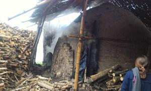 Cả làng khốn khổ vì khói bụi lò than