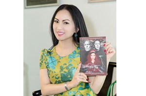 Ca sỹ Hà Phương bất ngờ về Việt Nam ra mắt sách