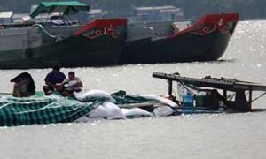 Cần Thơ: Hàng chục tấn thức ăn cá chìm trên sông Hậu