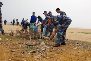 Cảnh sát biển chung tay làm sạch biển