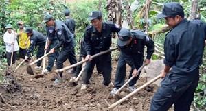 Cảnh sát cơ động giúp dân làm đường giao thông nông thôn