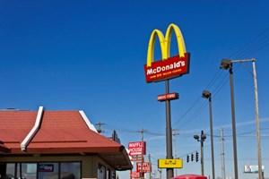Cậu bé 8 tuổi lái xe ôtô chở em gái đi ăn