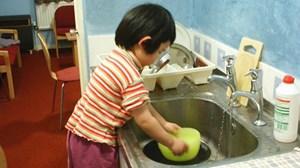 Cha mẹ bắt con làm việc nhà quá sức có thể bị phạt tới 5 triệu đồng