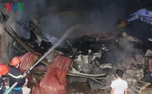 Cháy kho chứa vải sợi trong đêm ở Thanh Hóa