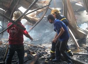 Cháy lớn tại kho chứa đồ gỗ ở Bình Định